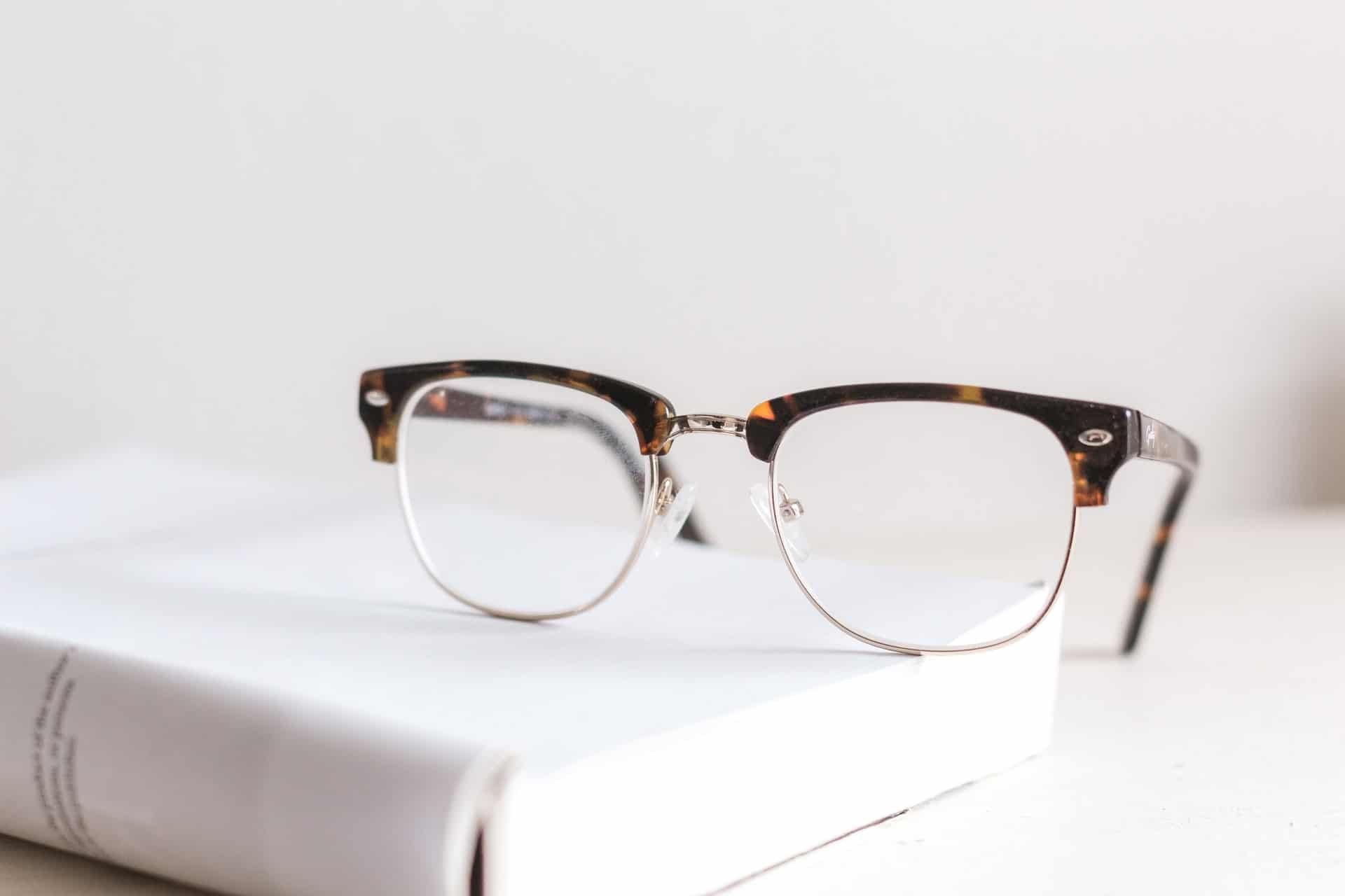 kwsoft barrierefreiheit brille auf buch