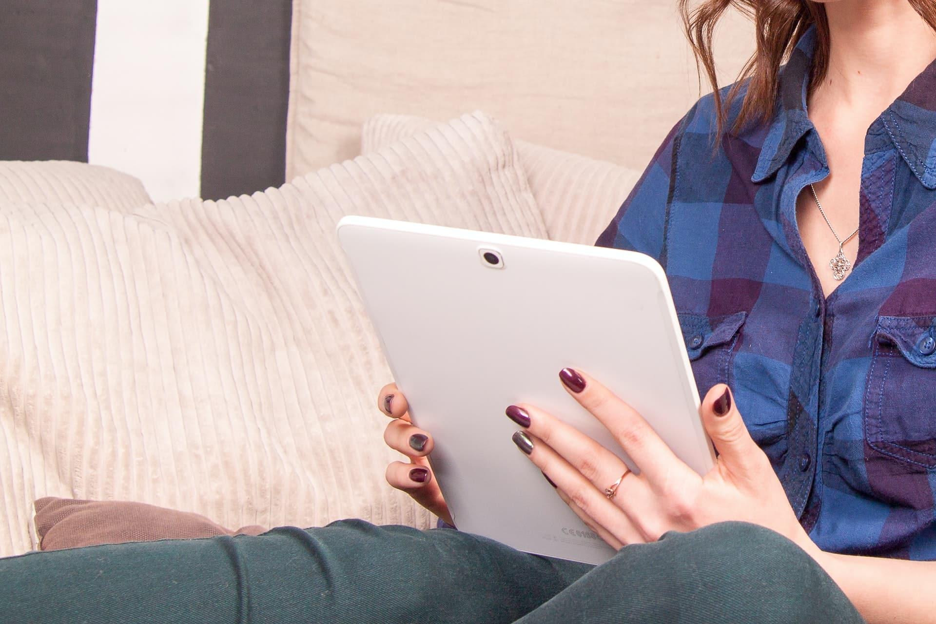 Personalisierte Dokumente mit kwsoft frau liest auf tablet